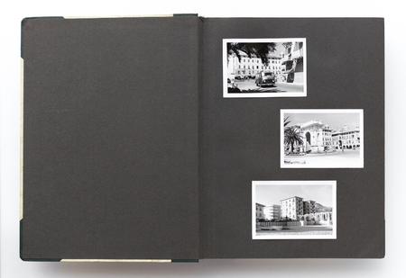 空白のページや古い黒と白の写真を開いているビンテージ フォト アルバム