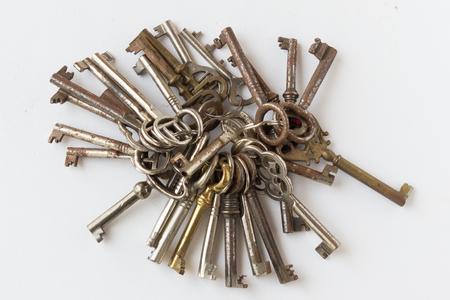Stelletje oude sleutels sleutelring op een witte achtergrond