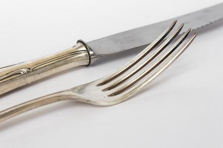sterlina: coltello e forchetta primo piano - la sterlina posate, set di posate d'argento vecchio