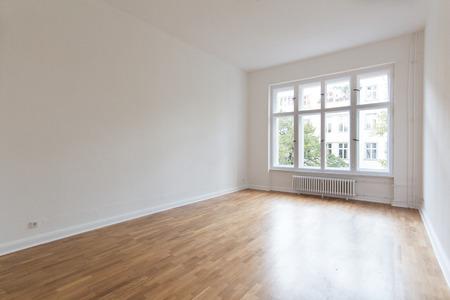 Chambre vide, appartement rénové Banque d'images - 53202024