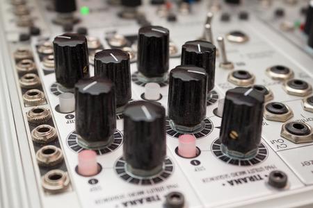 アナログ シンセサイザーの音楽機器のクローズ アップのノブ