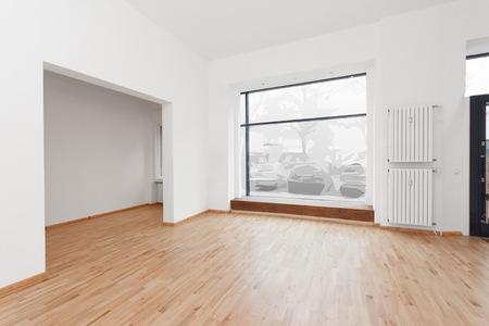 ショッピング ウィンドウ - 空部屋店舗木製の床とホワイトウォールズ ショップ