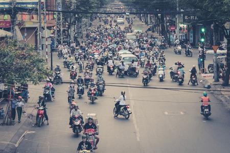 scooter: Saig�n, Vietnam, 17 de enero 2014: El tr�fico por carretera llenas de motocicletas y scooters conductores. Scooters son los veh�culos m�s preferidos en Saig�n.