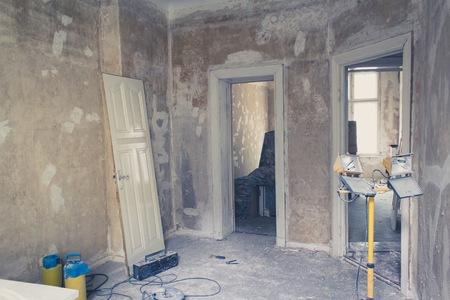 refurbishing: unrenovated flat, room before renovations