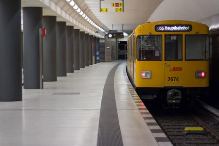 베를린, 독일 - 2016 년 3 월 30 일 : 베를린, 독일의 브란 덴 부르크 토르 (Brandenburger Tor) 기차역에서 지하철 (U-Bahn)