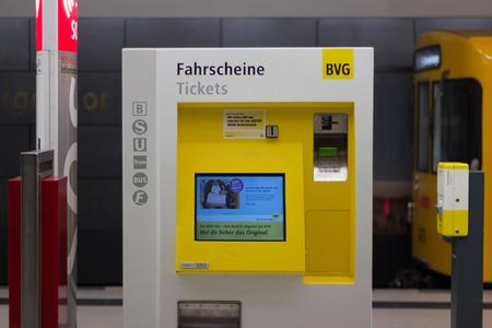 Berlin, Allemagne - 30 mars 2016: BVG distributeurs de billets dans la station de métro à Berlin, Allemagne. Banque d'images - 54846268