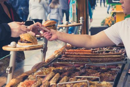人の食べ物を買う/公正でソーセージのグリル 写真素材 - 54896389