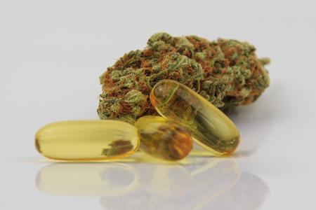 Medico germoglio marijuana e cannabis capsule Archivio Fotografico - 57232710