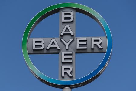 베를린, 독일 - 2016 년 4 월 18 일 : 바이엘 AG의 상징. 바이엘 AG는 독일의 화학 및 제약 회사입니다. 에디토리얼