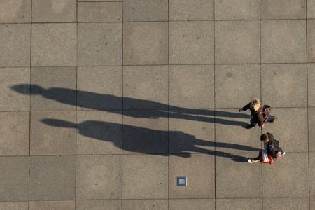 -航空写真上から二人の長い影