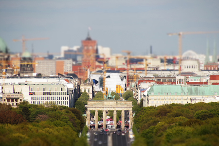 tilt: Berlin city skyline - brandenburg gate and red townhall - tilt shift Stock Photo