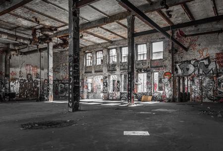 Porzucone wnętrze magazynu - ruiny starego budynku