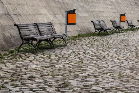 botes de basura: mobiliario urbano - banco de madera y basura latas