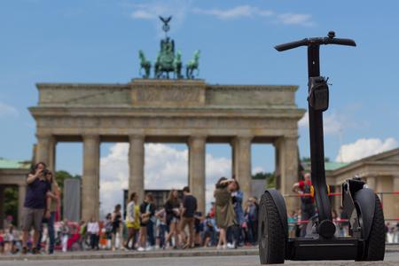 베를린 브란덴부르크 문에서 세그웨이와 관광객들 스톡 콘텐츠