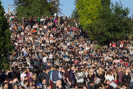 musique: Berlin Many people in crowded park (Mauerpark) at fete de la musique in Berlin, Germany. Editorial