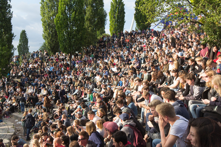 musique: Many people in crowded park (Mauerpark) at fete de la musique in Berlin, Germany.