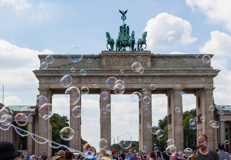 luft: soap bubbles and many people at Brandenburg Gate