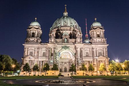 dom: Berlin cathedral (Berliner Dom) , tv tower (Fernsehturm) at night
