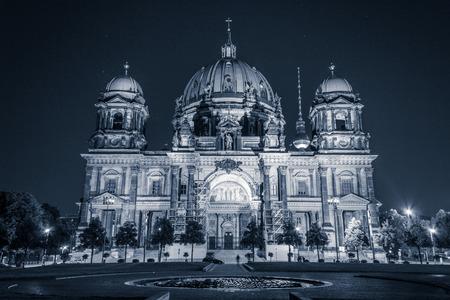 dom: La cathédrale de Berlin (Berliner Dom) la nuit Banque d'images