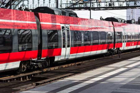 treno espresso: Berlino, Germania - 9 SETTEMBRE 2016: Treno regionale espresso alla stazione centrale di Berlino, Germania
