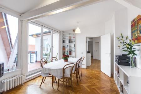 Comedor con mesa grande en el apartamento despejadas
