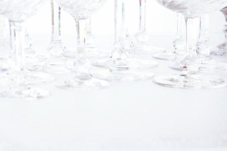 Schöne Kristallgläser auf weißem Hintergrund