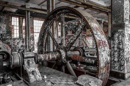 vieja maquinaria industrial en fábrica abandonada