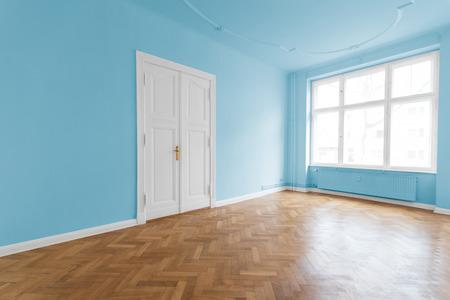 Empty room with wooden floor Standard-Bild