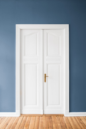 white wooden door, blue wall -  renovated apartment interior Banque d'images
