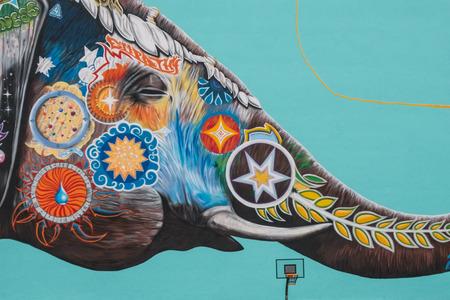 독일 베를린에서 Jadore Tong aka SYRUS에서 풍선과 함께 노는 코끼리의 거대한 벽화