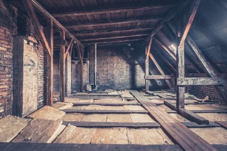 Vecchia stalla, soffitta a soppalco / costruzione del tetto Archivio Fotografico - 75076499