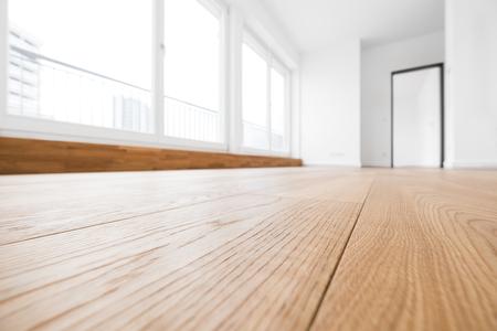 Chambre vide avec parquet dans un nouvel appartement Banque d'images - 75838192