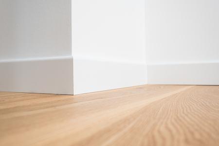 나무 바닥 마루와 흰 벽 근접 촬영