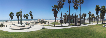 로스 앤젤레스, 미국 -2011 년 6 월 2 일 : 사람들과 로스 앤젤레스, 캘리포니아에서 놀이터와 베니스 비치 산책로의 파노라마. 에디토리얼