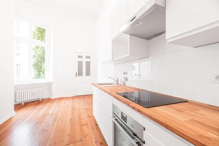 Cucina bianca - nuova cucina moderna con pavimento in legno Archivio Fotografico - 77446081