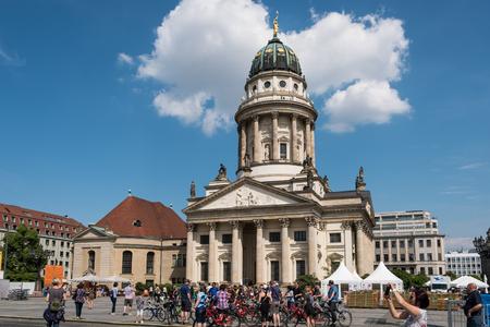 Berlino, Germania - 23 maggio 2017: Gruppo turistico davanti alla cupola francese a Gendarmenmarkt a Berlino, Germania. Archivio Fotografico - 79043055