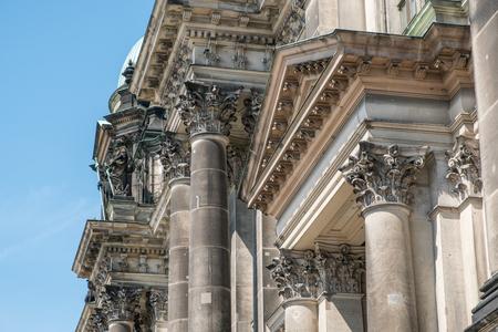 friso: Detalles clásicos de construcción histórica, coloums, pilares, capiteles y decoración