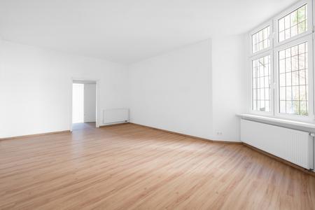 Leeres Zimmer, Holzboden in neuer Wohnung Standard-Bild