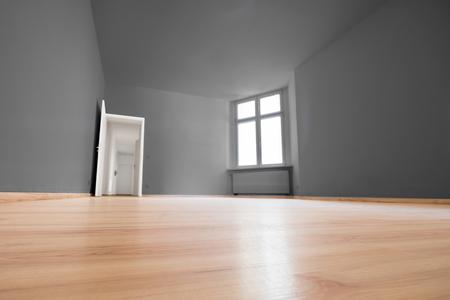 Leeres Zimmer, Holzboden in neuer Wohnung