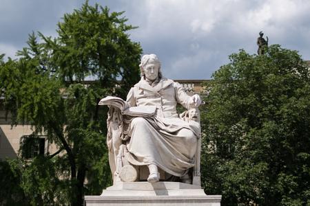 Statue de Wilhelm von Humboldt devant l'université Humboldt à Berlin Banque d'images - 81660651