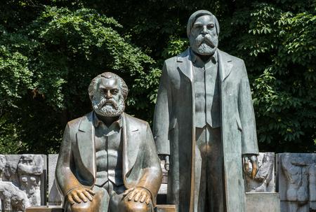 독일 베를린에서 Alexanderplatz 근처의 Karl Marx와 Friedrich Engels의 조각.