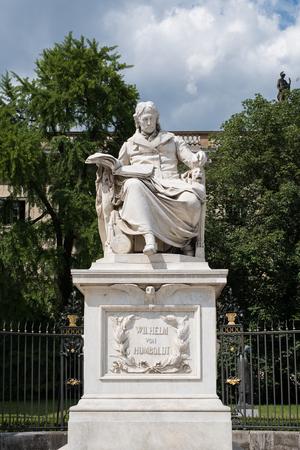 Statue de Wilhelm von Humboldt devant l'université Humboldt à Berlin Banque d'images - 81658180