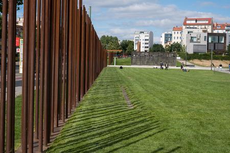 베를린, 독일 -2011 년 7 월 13 일 : 베를린 장벽 유적  베를린 장벽 기념 베를린, 독일에서 Bernauer Strasse.