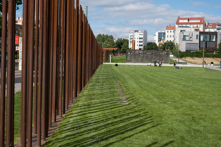 Berlin, Allemagne - 13 juillet 2017: les vestiges du mémorial du mur de Berlin et du mur de Berlin à Bernauer Strasse à Berlin, en Allemagne. Banque d'images - 82137992