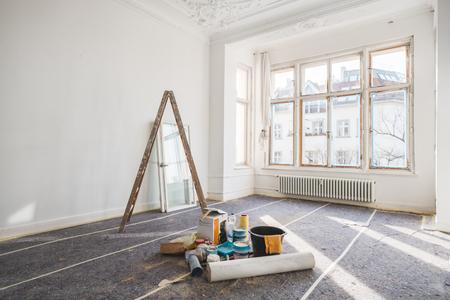 Concetto di rinnovamento - camera in vecchio edificio durante restauro - Archivio Fotografico - 89676487