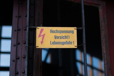 Electricity warning sign with flash symbol and german text: Hochspannung Vorsicht Lebensgefahr ( High voltage, mortal danger) Banque d'images - 95431602