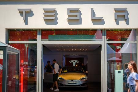 Tesla-logo / merknaam op winkelgevel in Berlijn. Tesla, Inc. is een Amerikaanse multinational gespecialiseerd in elektrische voertuigen