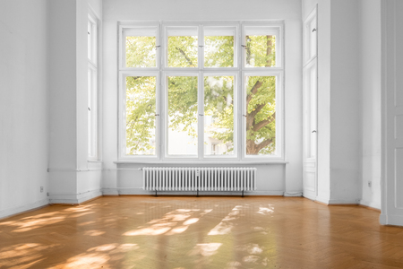 empty room in old apartment building with  parquet floor and big wooden windows - Banque d'images