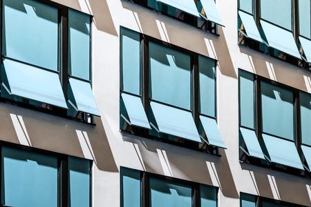 geschlossener Sonnenschutz an der Gebäudefassade, moderne Sonnenschirme / Markisen Standard-Bild