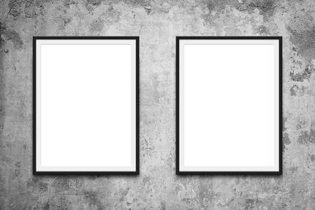 Dos marcos de cuadros colgados en la maqueta de la pared.